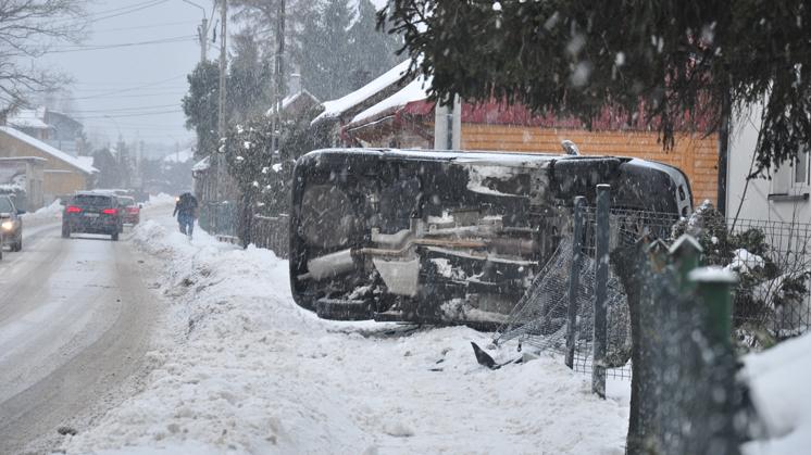 """Samochód uderzył w dom! Kierowca """"na podwójnym gazie""""! - Zdjęcie główne"""
