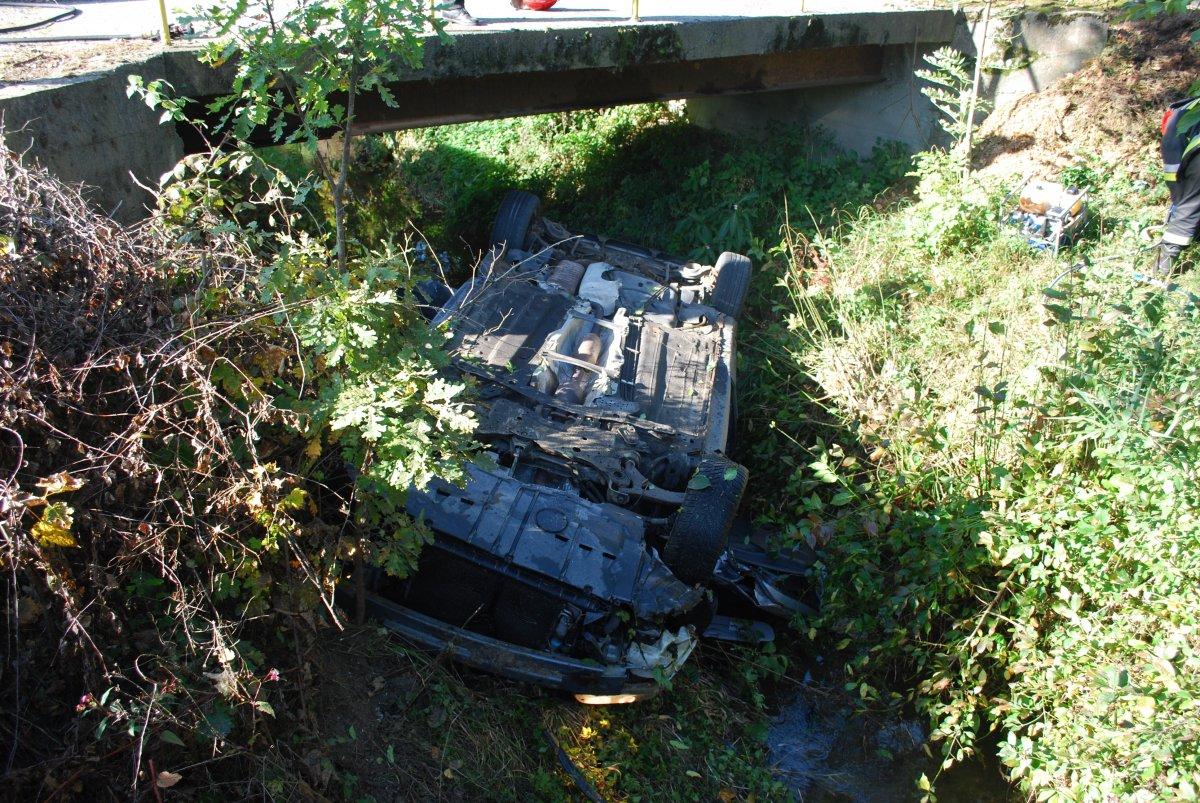 Groźny wypadek w Gnojnicy. Samochód wpadł do rzeki i dachował [ZDJĘCIA] - Zdjęcie główne
