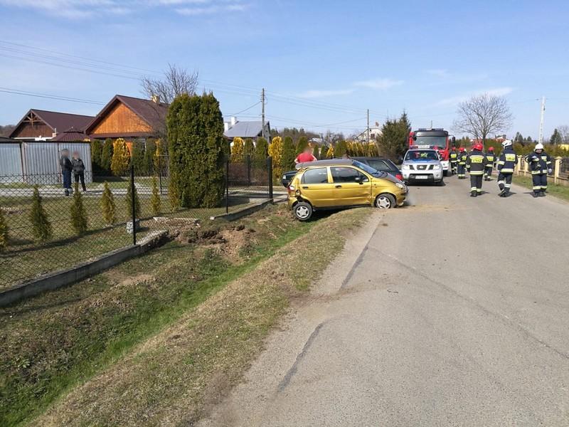 Pijana kobieta w Matizie zniszczyła ogrodzenie i wpadła do rowu [FOTO] - Zdjęcie główne
