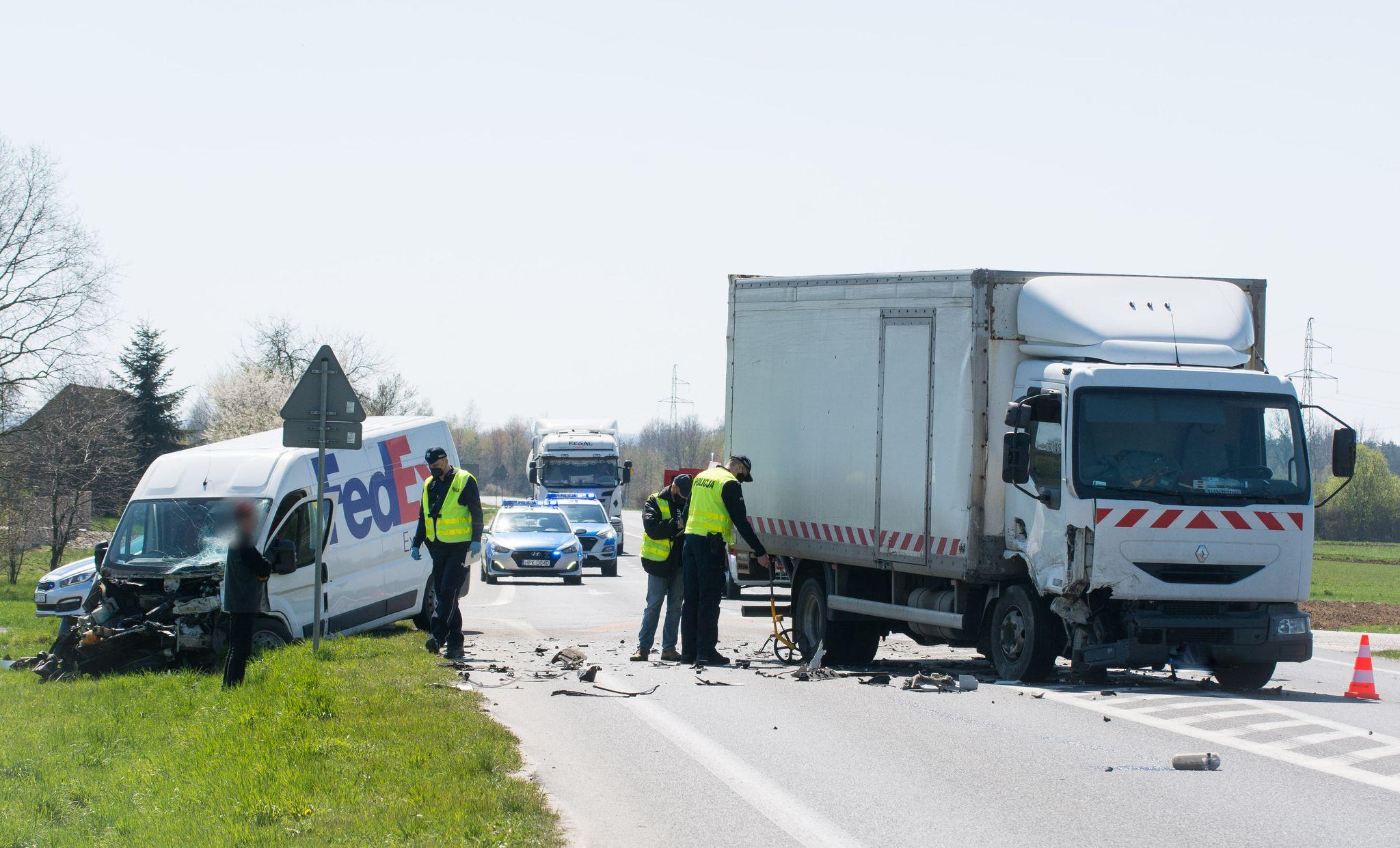 Na podkarpackich drogach. Zderzenie samochodu dostawczego z ciężarówką, karetka pogotowia przewrócona na bok! [MAPA, AKTUALIZACJA] - Zdjęcie główne