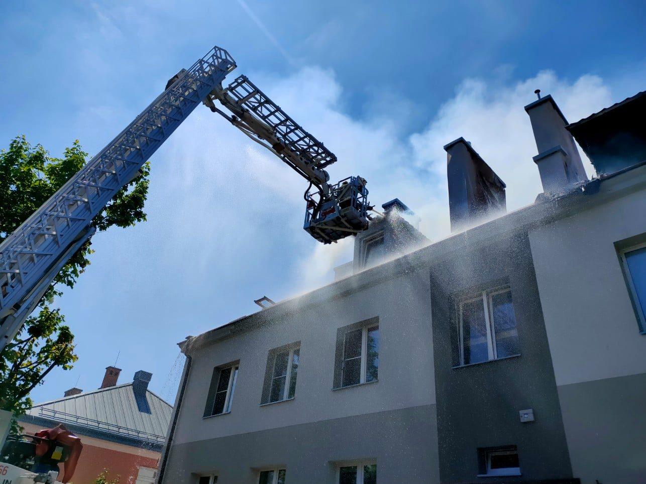 Pożar domu wielorodzinnego. Konieczna była ewakuacja mieszkańców [ZDJĘCIA] - Zdjęcie główne