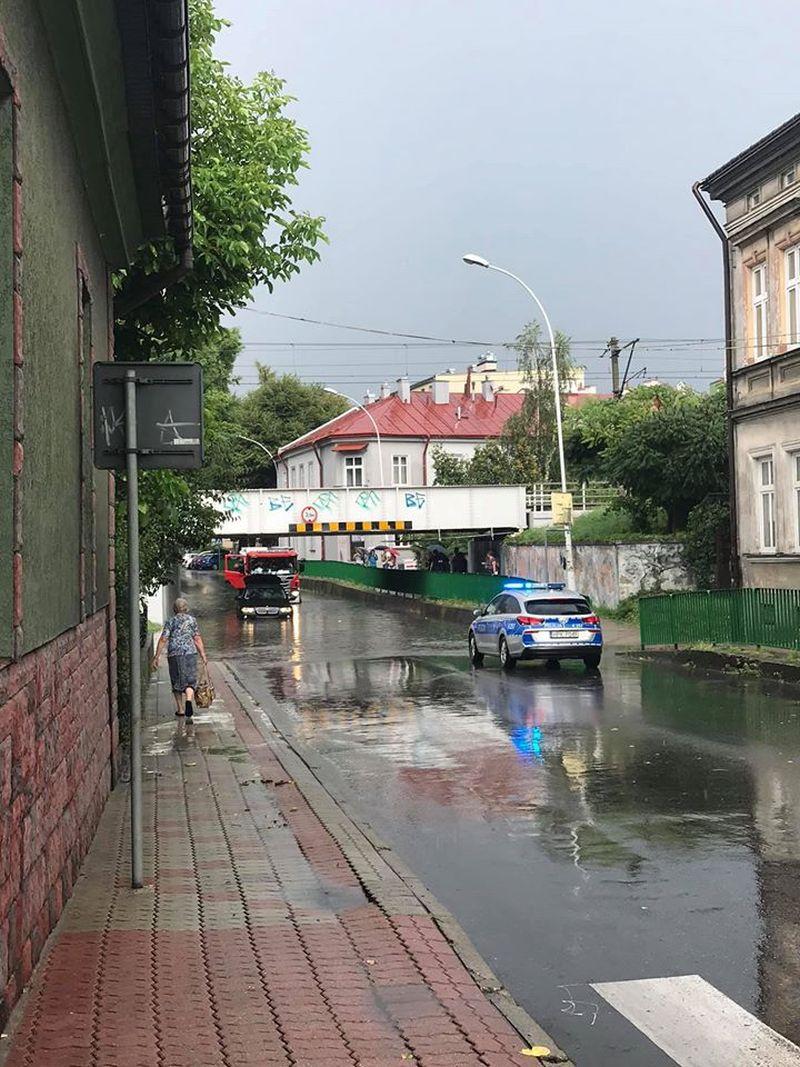 Zalane ulice po poniedziałkowej burzy w Przemyślu - Zdjęcie główne