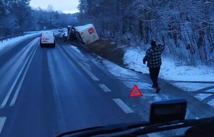 TIR wylądował w rowie. Droga była zablokowana  - Zdjęcie główne