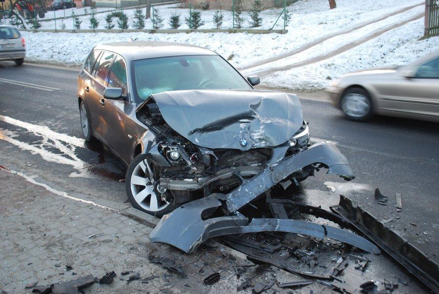 Zderzenie dwóch aut. Kobieta trafiła do szpitala - Zdjęcie główne
