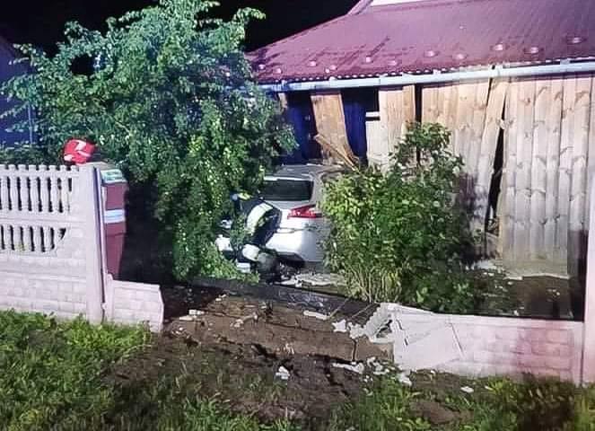 Autem wjechali w budynek! Byli pijani, a kierująca nie miała prawa jazdy! [ZDJĘCIA] - Zdjęcie główne
