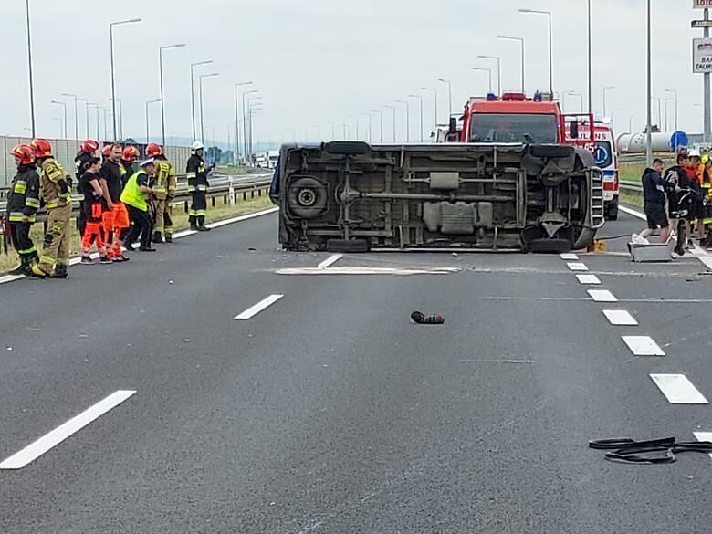 WYPADEK NA A4! Bus przewrócony na bok. Są ranni! [ZDJĘCIA, MAPA] - Zdjęcie główne