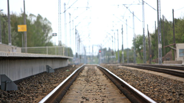 Głupia zabawa młodzieży! Układali na torach kolejowych różne przedmioty! - Zdjęcie główne