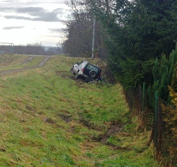 Samochód zsunął się z nasypu. Kierowca pod wpływem alkoholu? - Zdjęcie główne