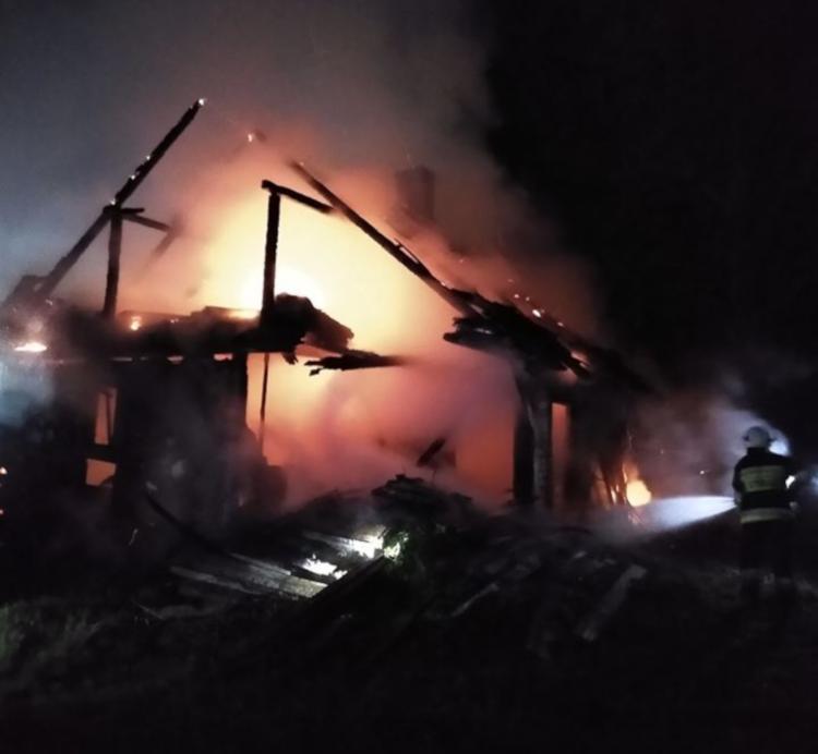 Dom spalony doszczętnie w pożarze. Mężczyzna w szpitalu [FOTO] - Zdjęcie główne