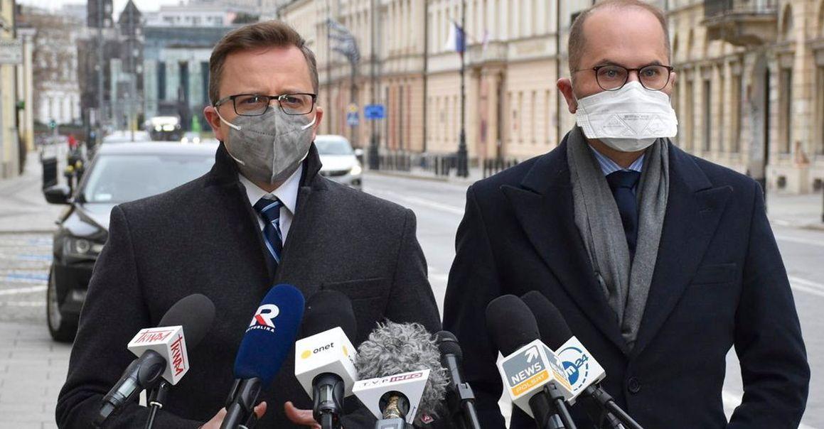 Afera ze szczepionkami: Medyk wyjaśnia, a posłowie opozycji biją na alarm! - Zdjęcie główne