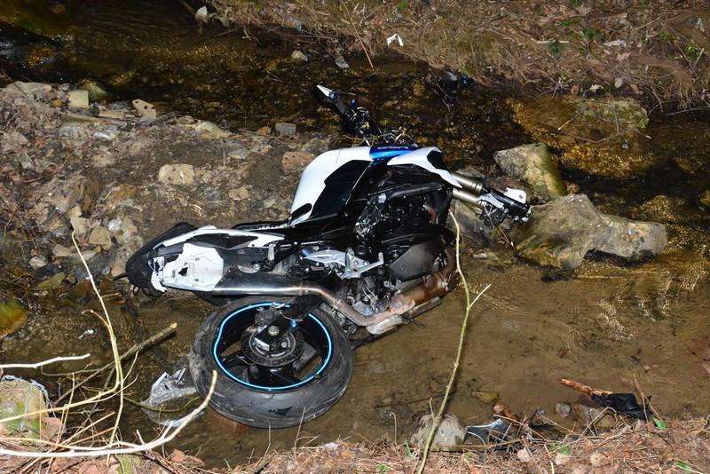 TRAGEDIA na drodze! Motocyklista uderzył w betonowy przepust! [ZDJĘCIA, MAPA] - Zdjęcie główne