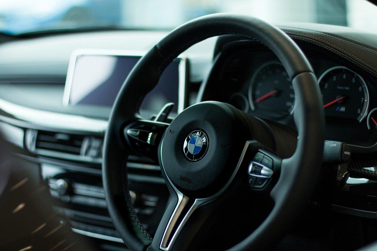 Kierowca BMW uderzył w zaparkowany samochód - Zdjęcie główne