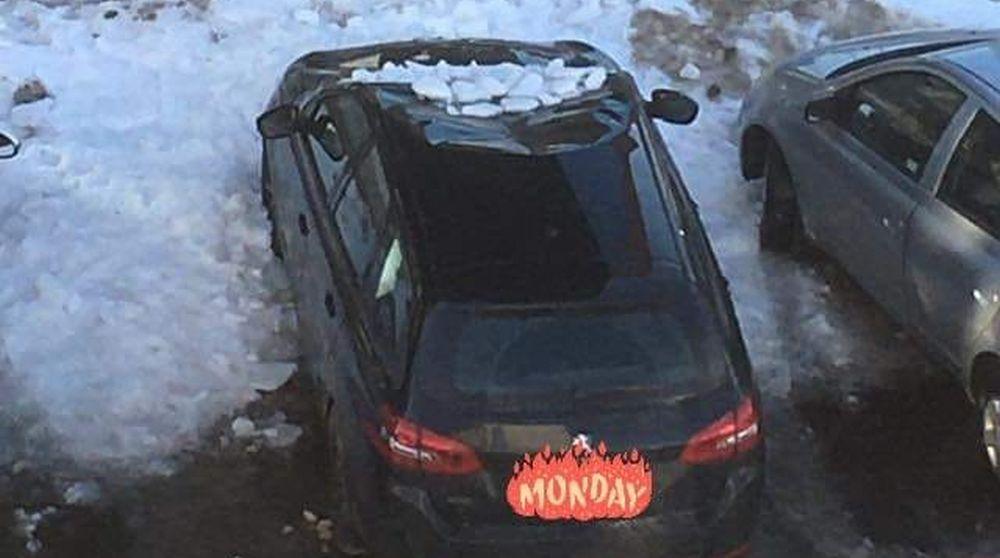 Odwilż - lód spadł na zaparkowany samochód! - Zdjęcie główne