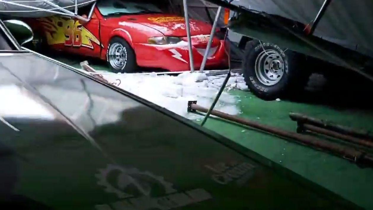 Ogromne straty. Dach namiotu z unikatowymi autami zniszczony! [VIDEO, ZDJĘCIA] - Zdjęcie główne