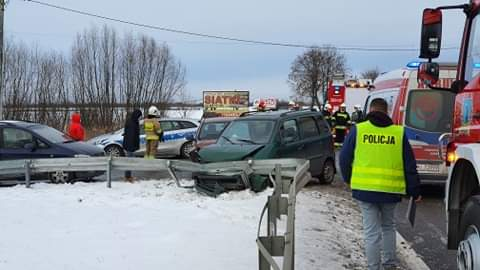 Zderzenie trzech aut na trasie Tarnobrzeg-Mielec. Są ranni [FOTO] - Zdjęcie główne