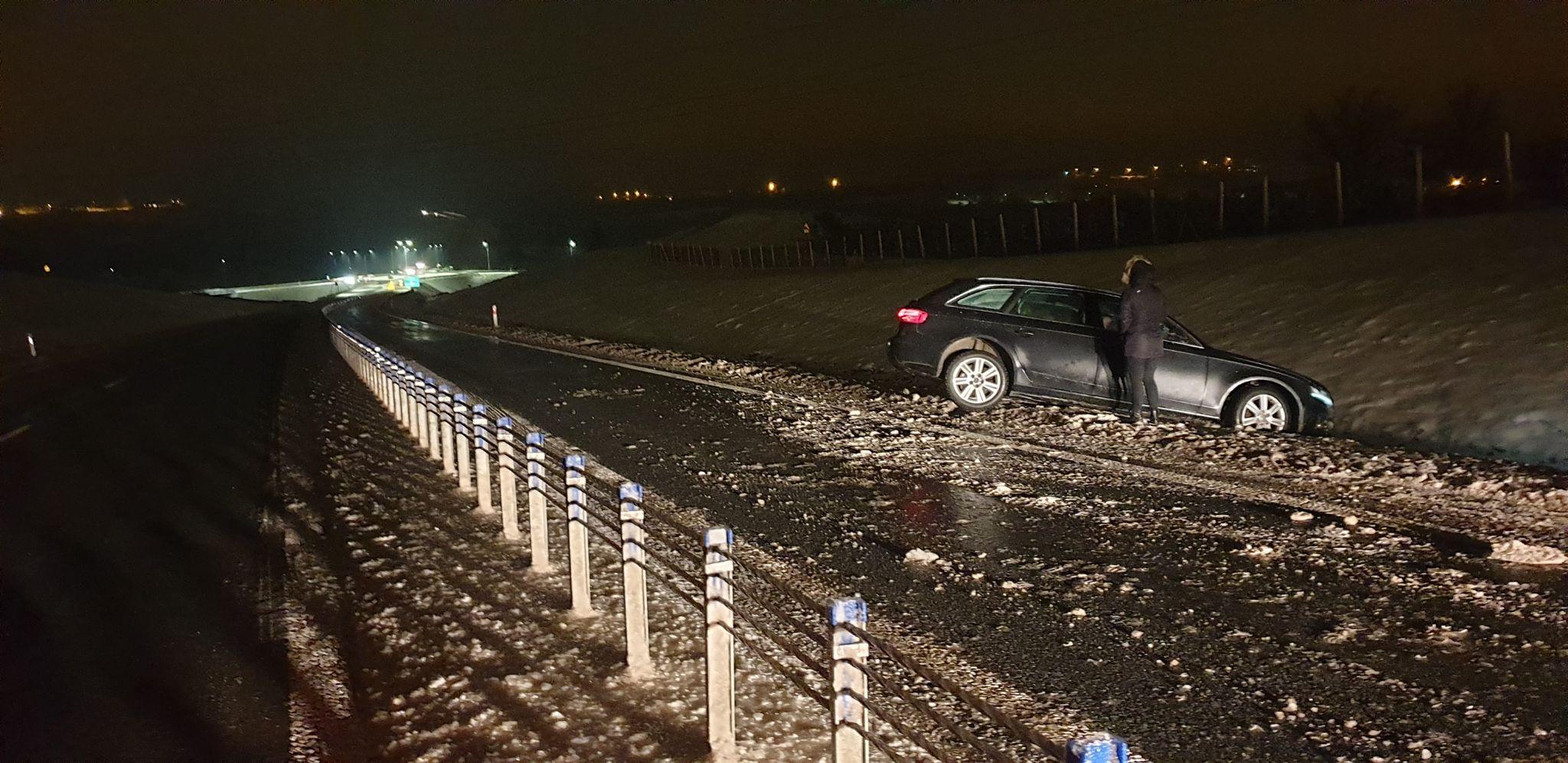 Lód na obwodnicy Sanok. Piaskarka blokowała jeden pas [VIDEO] - Zdjęcie główne