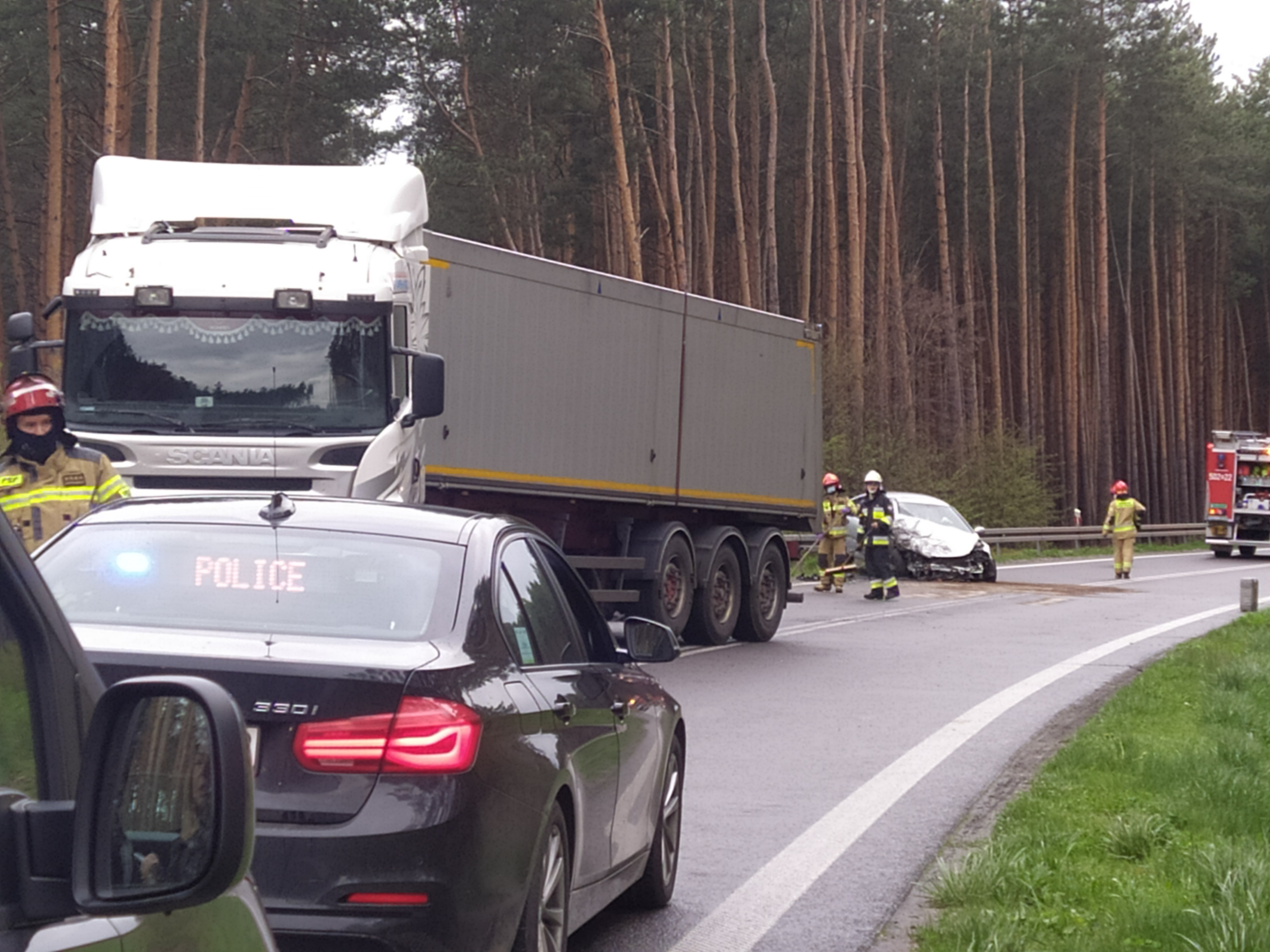 Niebezpieczny wypadek w Mielcu. Zderzenie ciężarówki z osobówką - Zdjęcie główne