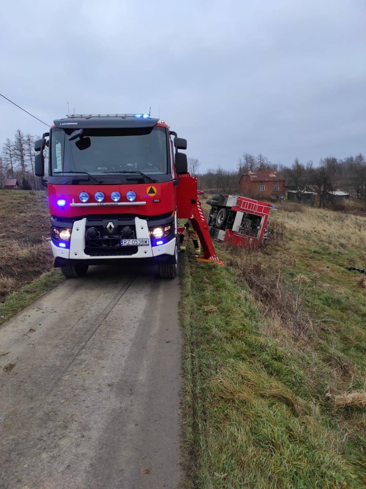 W trakcie jazdy na akcję zniszczono wóz strażacki! [FOTO] - Zdjęcie główne