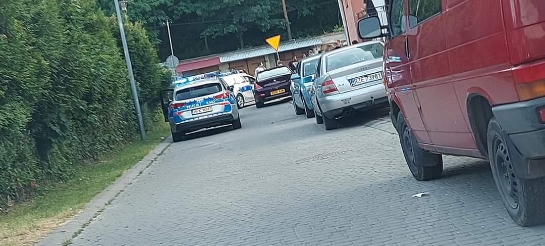 Potężna bójka na ulicach Mielca! Na ulicy ponad 100 osób z pałkami [WIDEO] - Zdjęcie główne