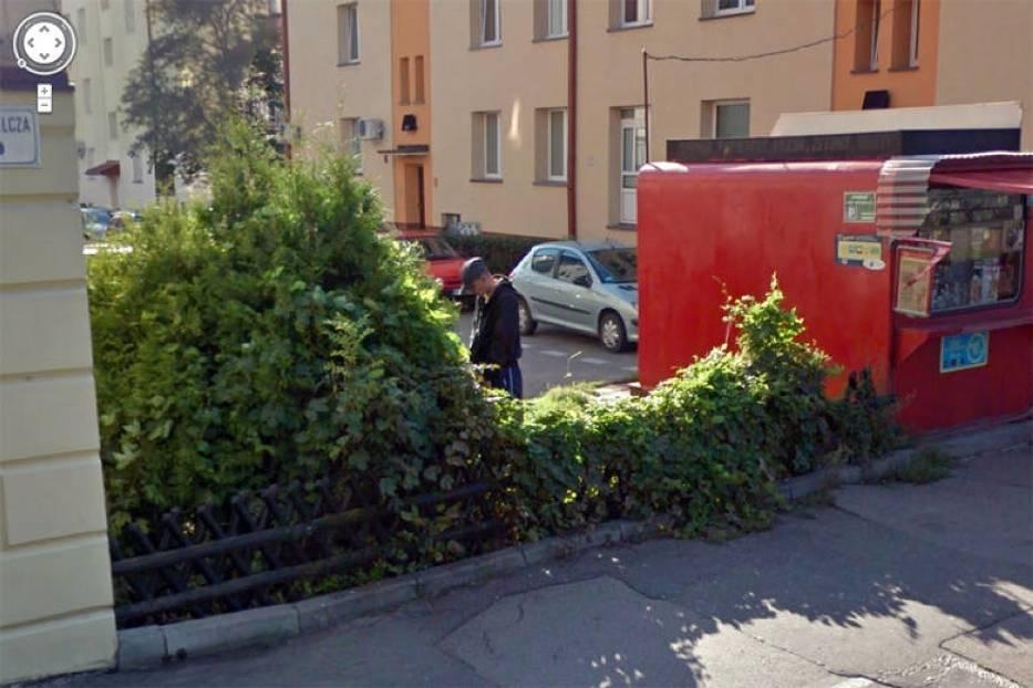 """Czujne oko kamery Google Street View  """"przyłapało"""" wiele osób w dziwnych sytuacjach! Także na Podkarpaciu [ZDJĘCIA] - Zdjęcie główne"""