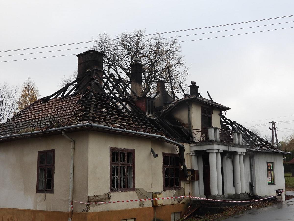 Pożar XIX-wiecznego dworu! Straty mogą być nieodwracalne [FOTO] - Zdjęcie główne