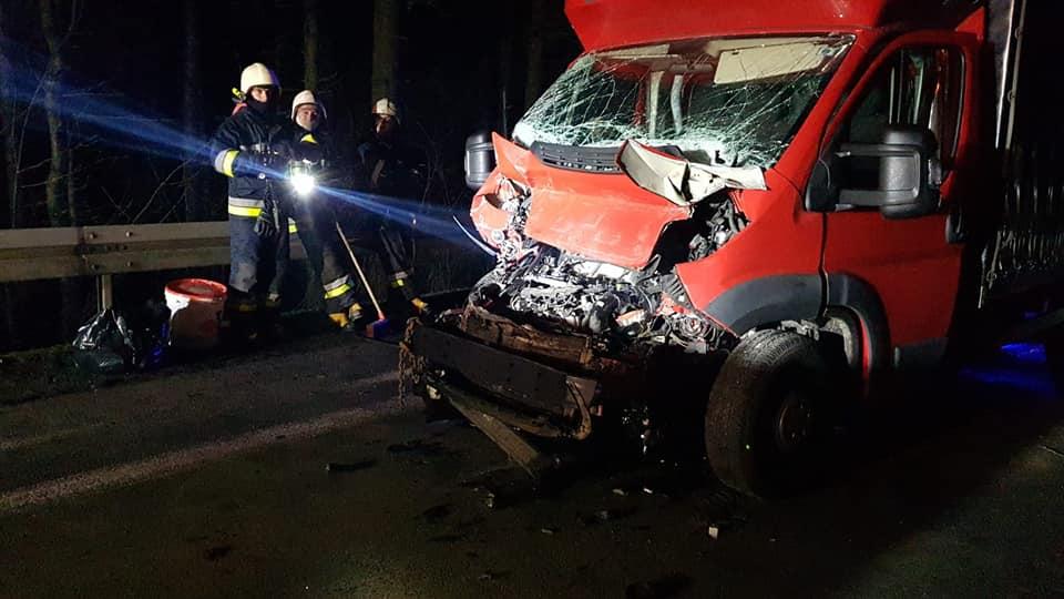 Bus rozbił się o ciężarówkę. Kierowca odmówił transportu do szpitala [ZDJĘCIA] - Zdjęcie główne