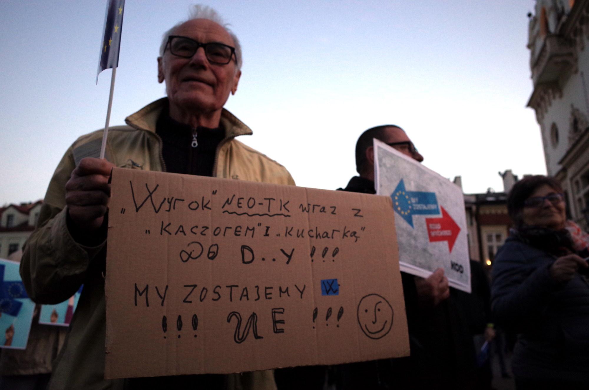 Rzeszów zostaje w Unii. Kilkaset osób protestowało na Rynku przeciwko wyrokowi Trybunału Konstytucyjnego [ZDJĘCIA] - Zdjęcie główne