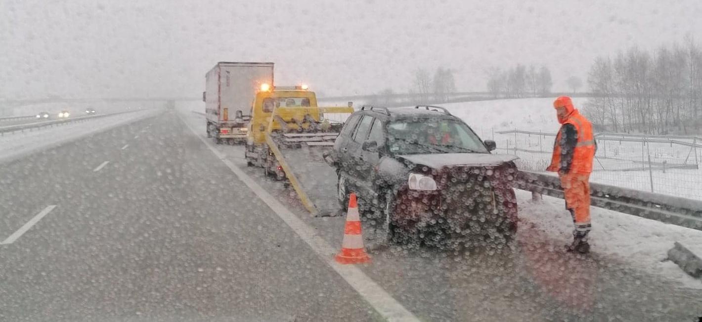 Osobówka uderzyła w pojazd ciężarowy. Kolizja na autostradzie A4  - Zdjęcie główne