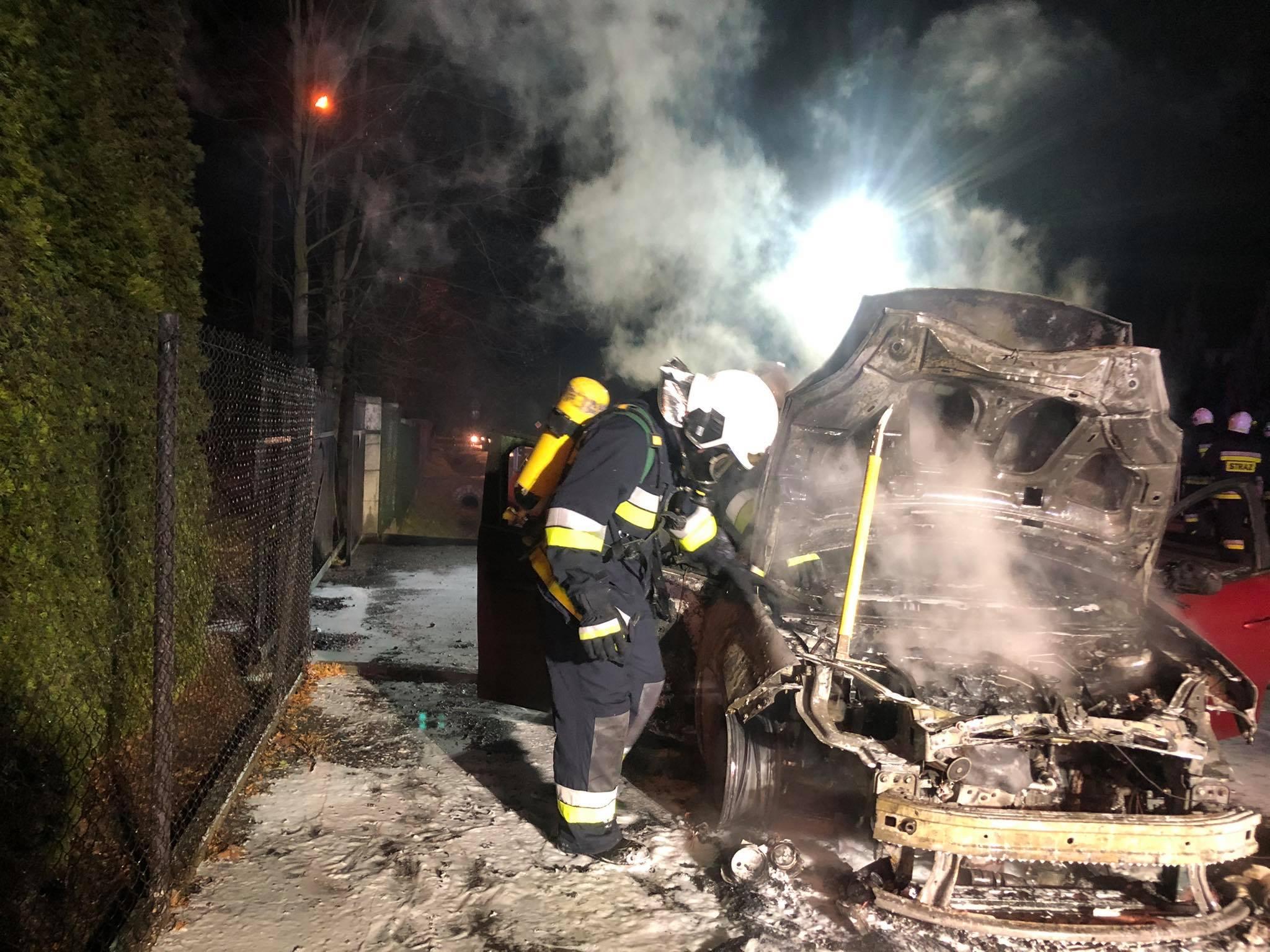 Samochód stanął w ogniu. Strażacy walczyli z pożarem - Zdjęcie główne
