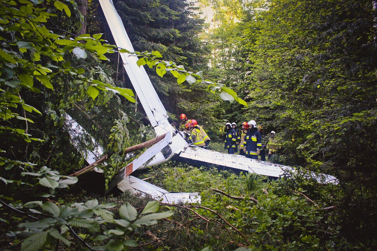Awionetka runęła na ziemię! Lot szkoleniowy zakończony wypadkiem [AKTUALIZACJA, ZDJĘCIA] - Zdjęcie główne
