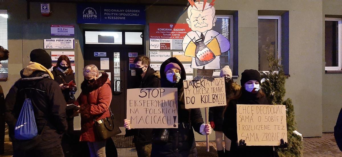 """""""Kontra kobiet"""" na rzeszowskim Rynku - Zdjęcie główne"""