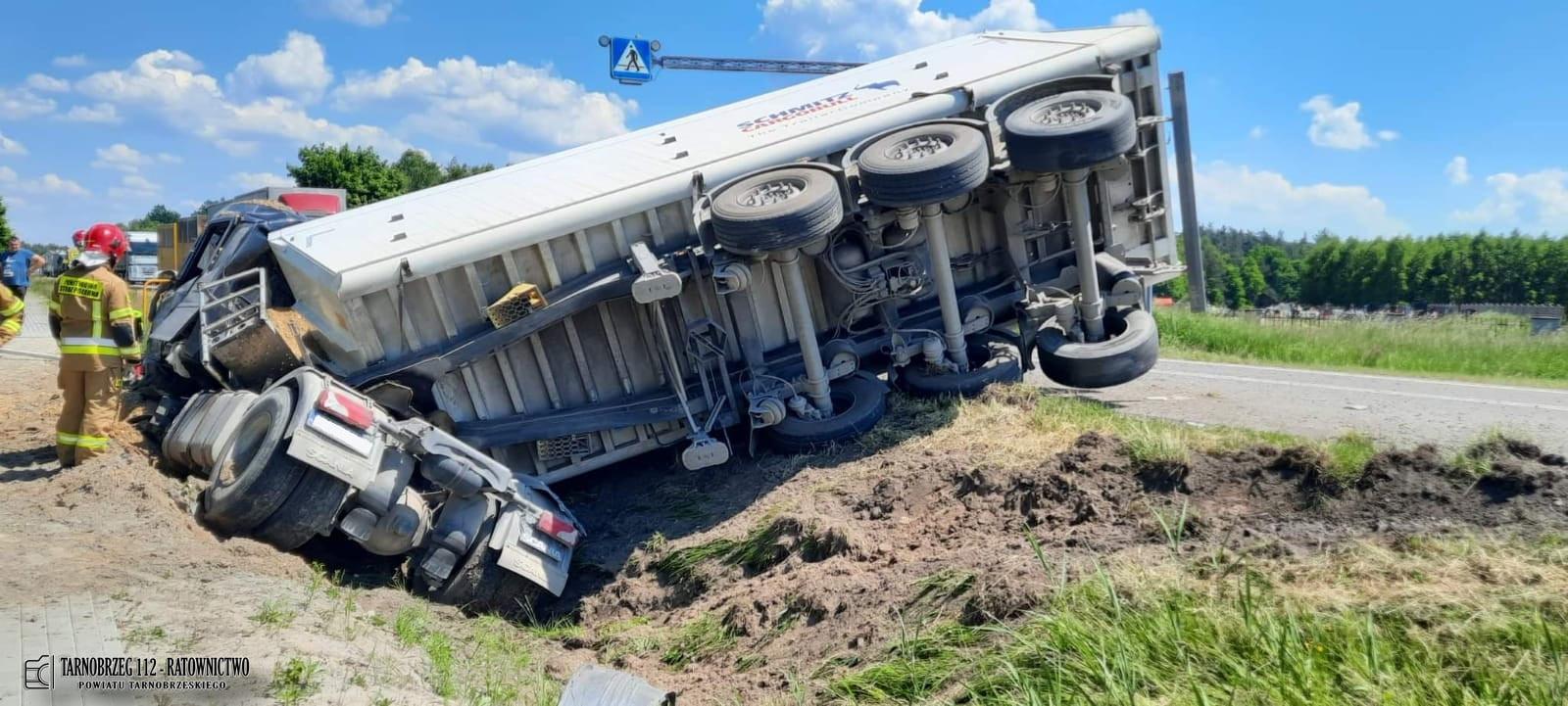 """Wypadek na krajowej """"9""""! Zderzenie dwóch ciężarówek! [MAPA, ZDJĘCIA] - Zdjęcie główne"""