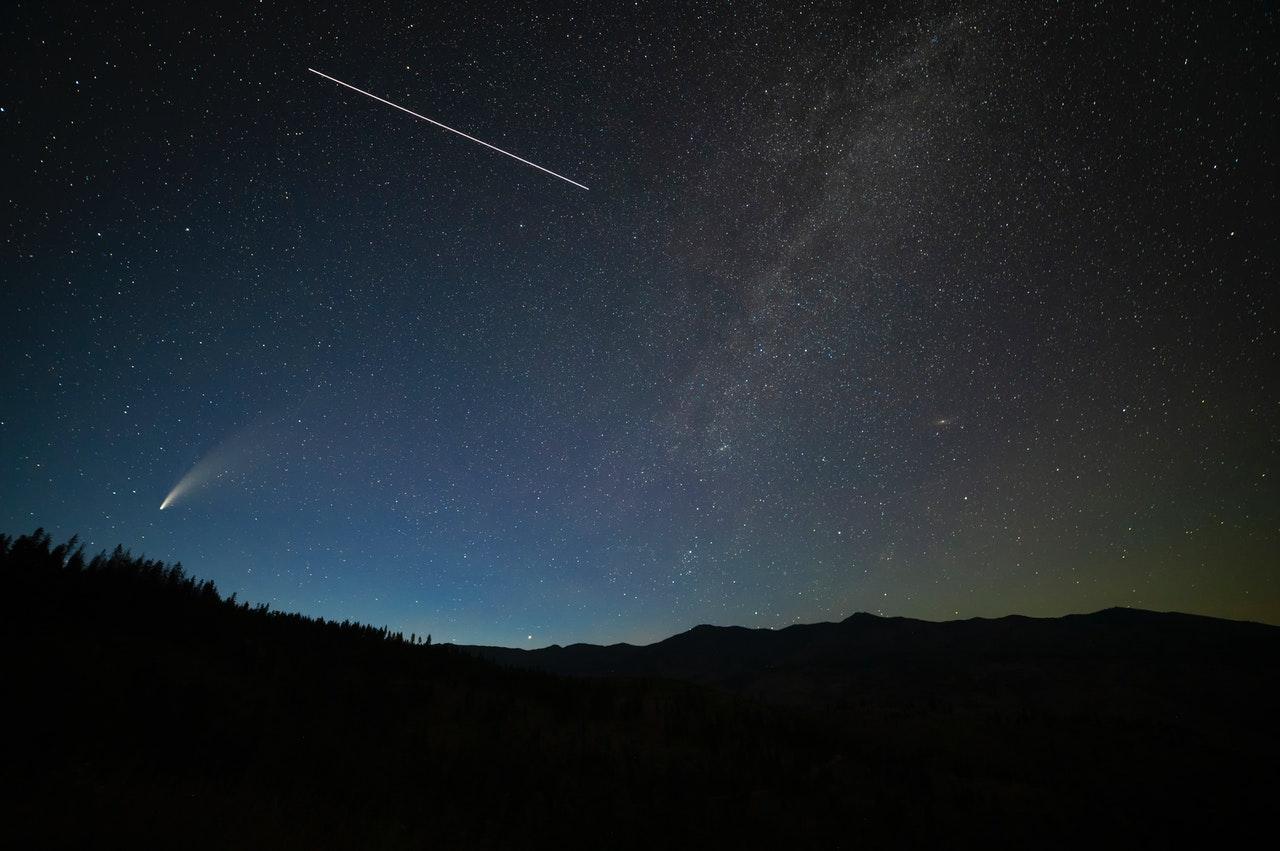 """Czas na noc """"spadających gwiazd""""! Jak i gdzie obserwować ten spektakl? [RELACJA NA ŻYWO, WIDEO] - Zdjęcie główne"""