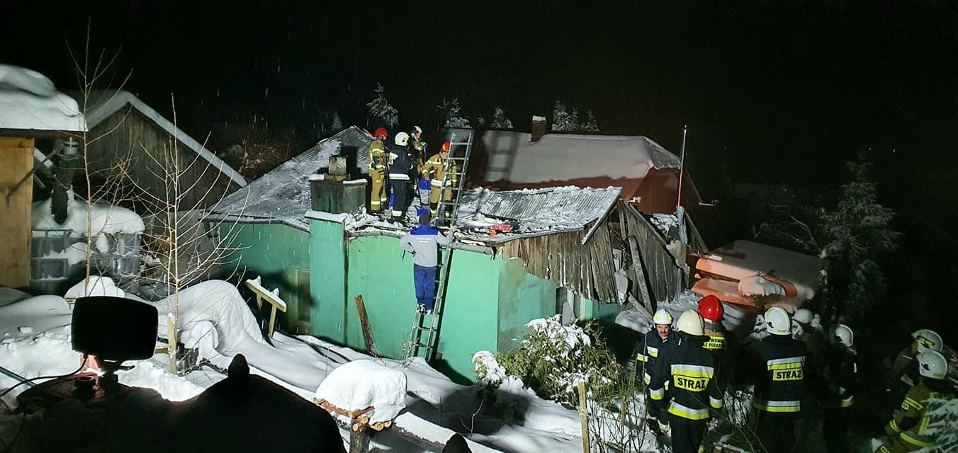 Runął dach domu mieszkalnego, w którym przebywały trzy osoby [ZDJĘCIA] - Zdjęcie główne
