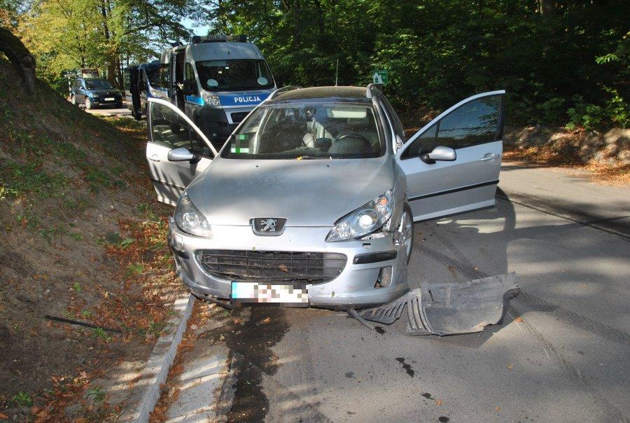 Samochód uderzył w skarpę. Kierowca i pasażer byli pijani - Zdjęcie główne