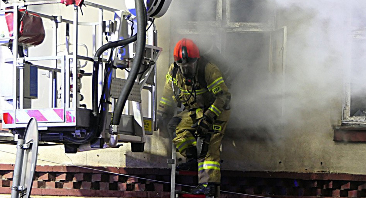 Wybuch gazu w domu wielorodzinnym w Dąbrowicy! Jakie są ustalenia policji i nadzoru budowlanego? - Zdjęcie główne