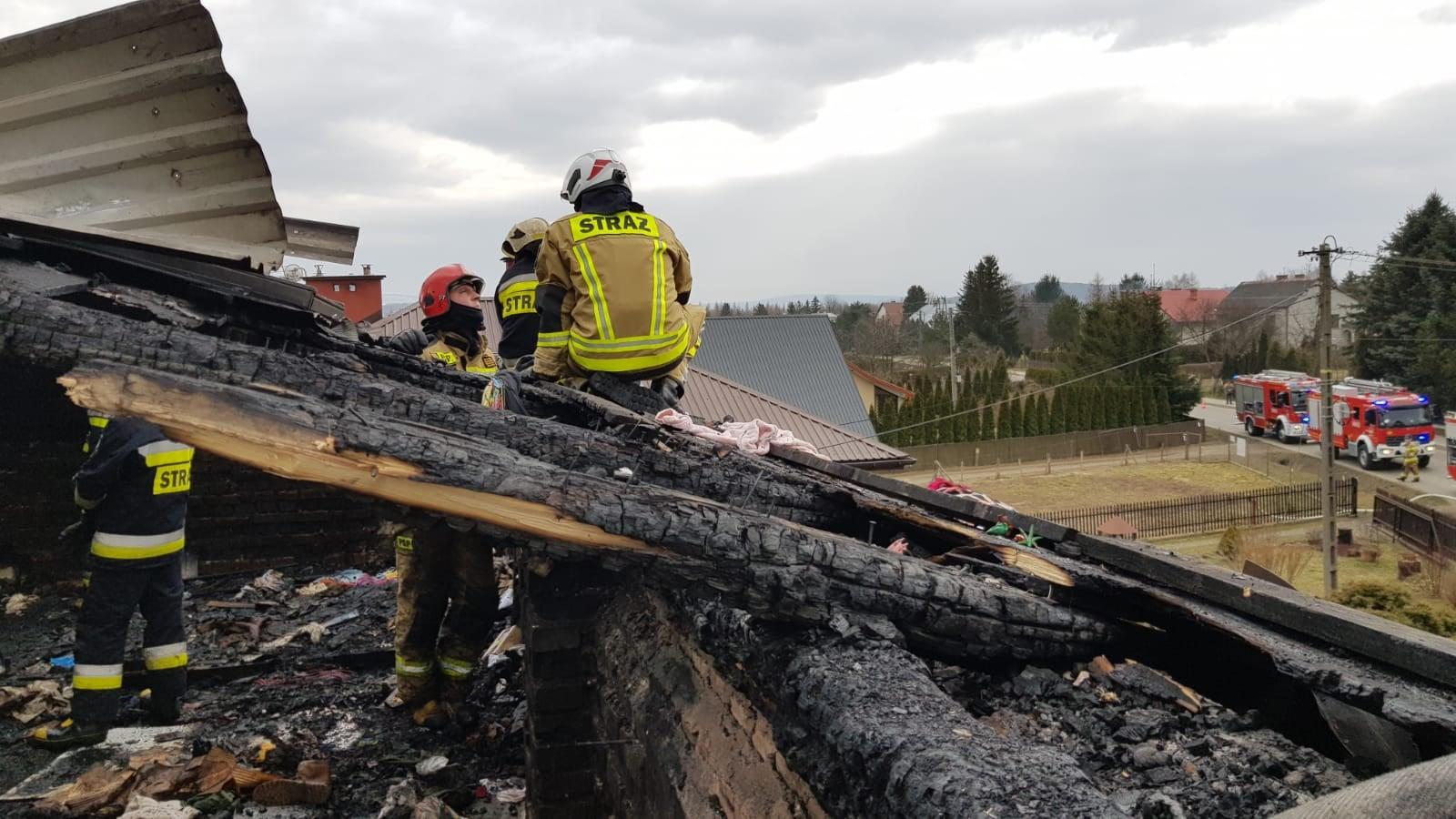 Piętro i dach domu zostały całkowicie zniszczone przez ogień [ZDJĘCIA] - Zdjęcie główne