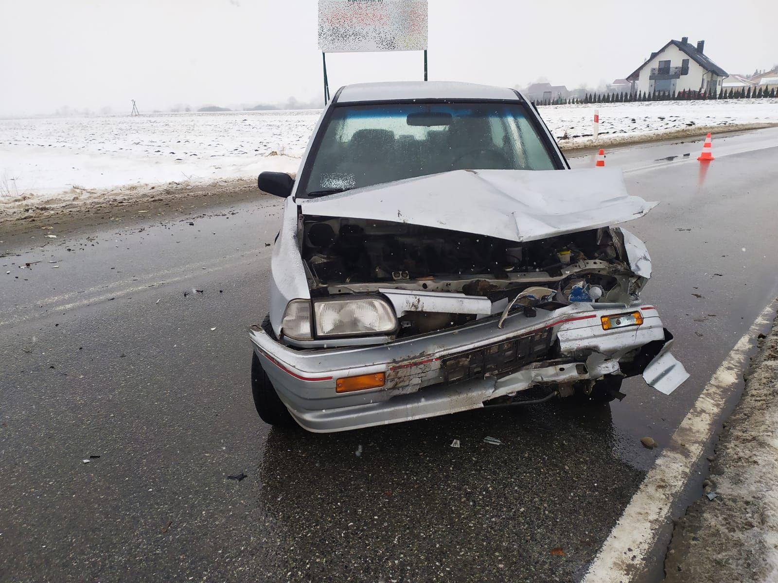 19-latek stracił panowanie nad pojazdem i uderzył w ciężarówkę. Jest w szpitalu! - Zdjęcie główne