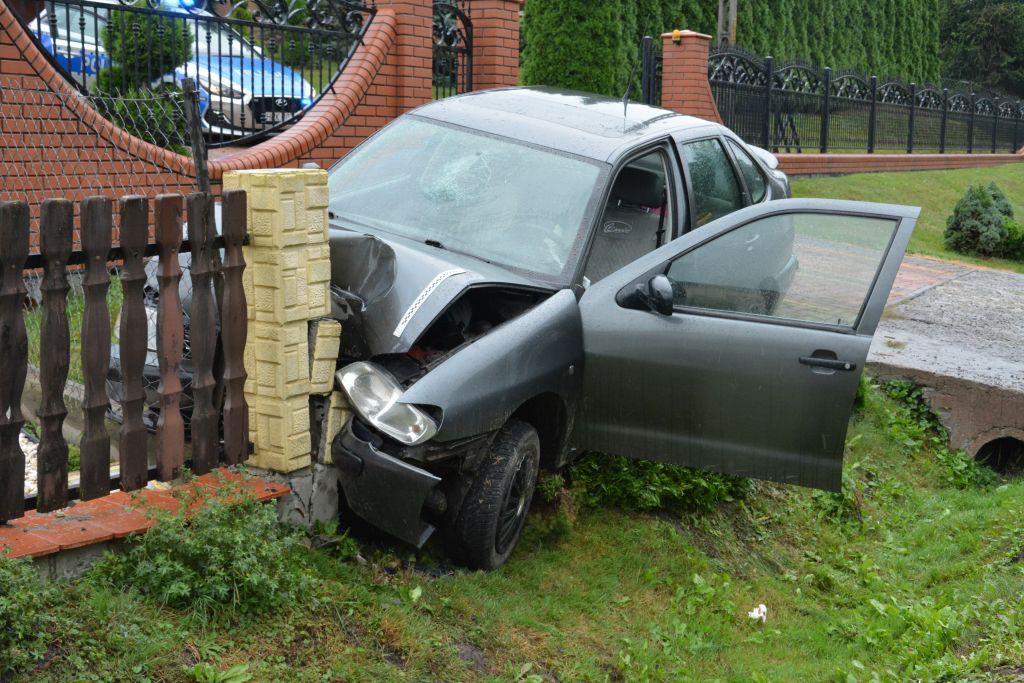 PIJANA w sztos i bez prawa jazdy wjechała w ogrodzenie! Dwie osoby ranne! [ZDJĘCIA] - Zdjęcie główne