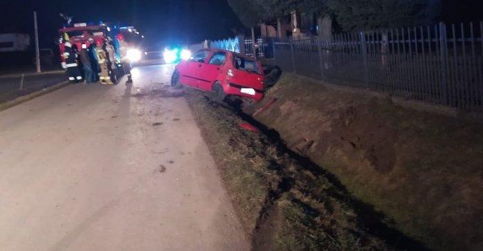 Pijany kierowca uciekł z samochodu, w którym był ranny pasażer [ZDJĘCIA] - Zdjęcie główne