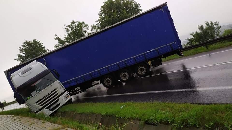 Ciężarówka przez 2 godziny blokowała drogę krajową 73 - Zdjęcie główne