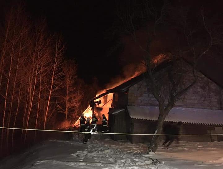 Spłonęła ich stodoła, ciągnik i samochód. Sołtyska prosi o pomoc - Zdjęcie główne