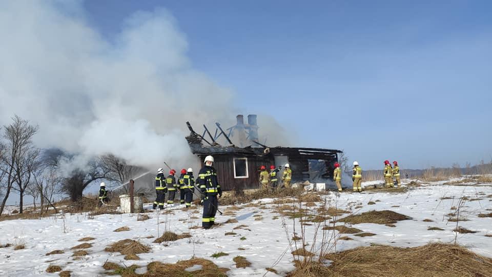 Spłonął drewniany dom w Kopytowej. Z pożarem walczyło 7 zastępów straży [ZDJĘCIA] - Zdjęcie główne