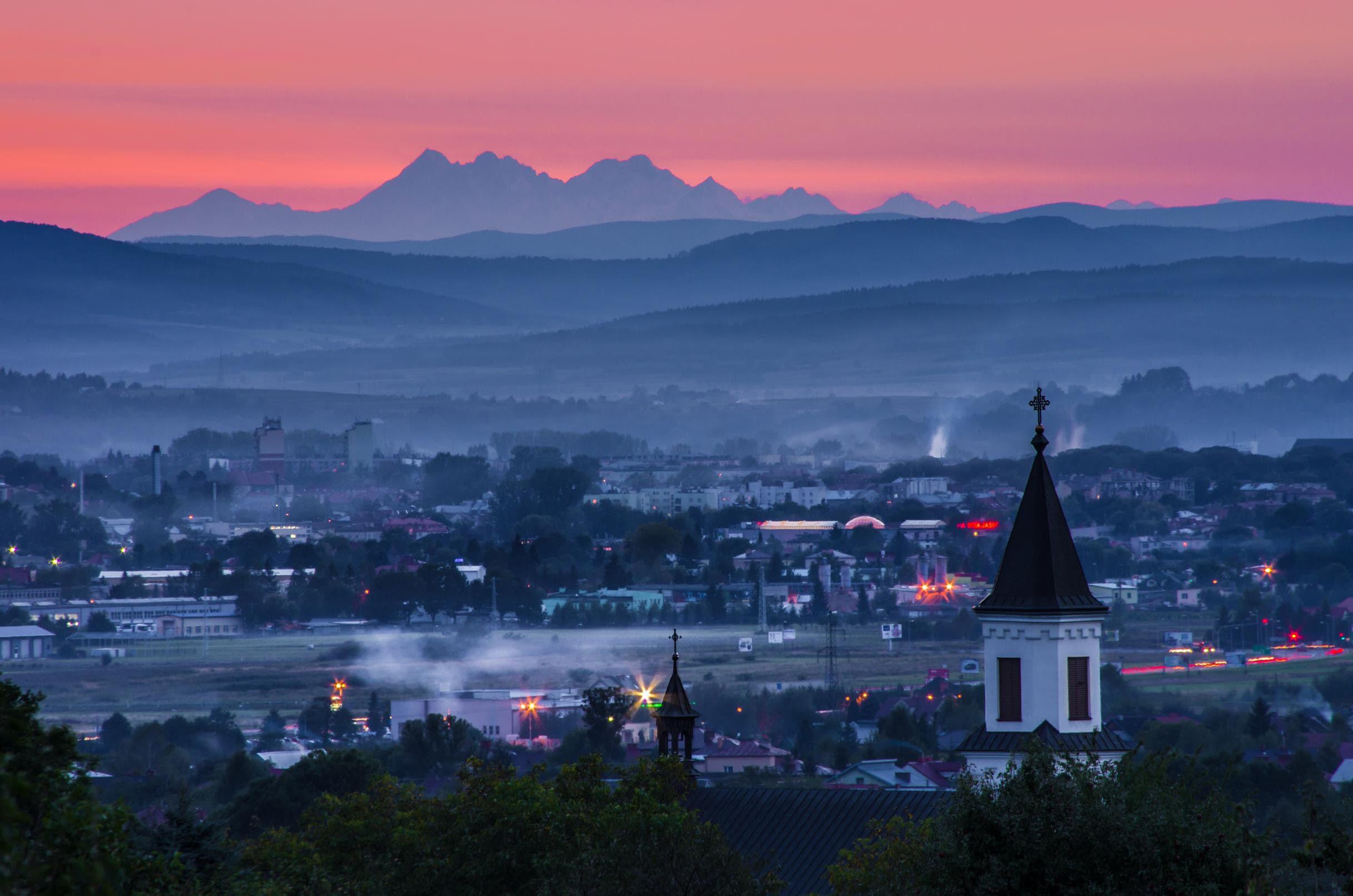 Zachód Księżyca, a w tle Tatry. To wszystko widziane z Podkarpacia [ZOBACZ ZDJĘCIE] - Zdjęcie główne