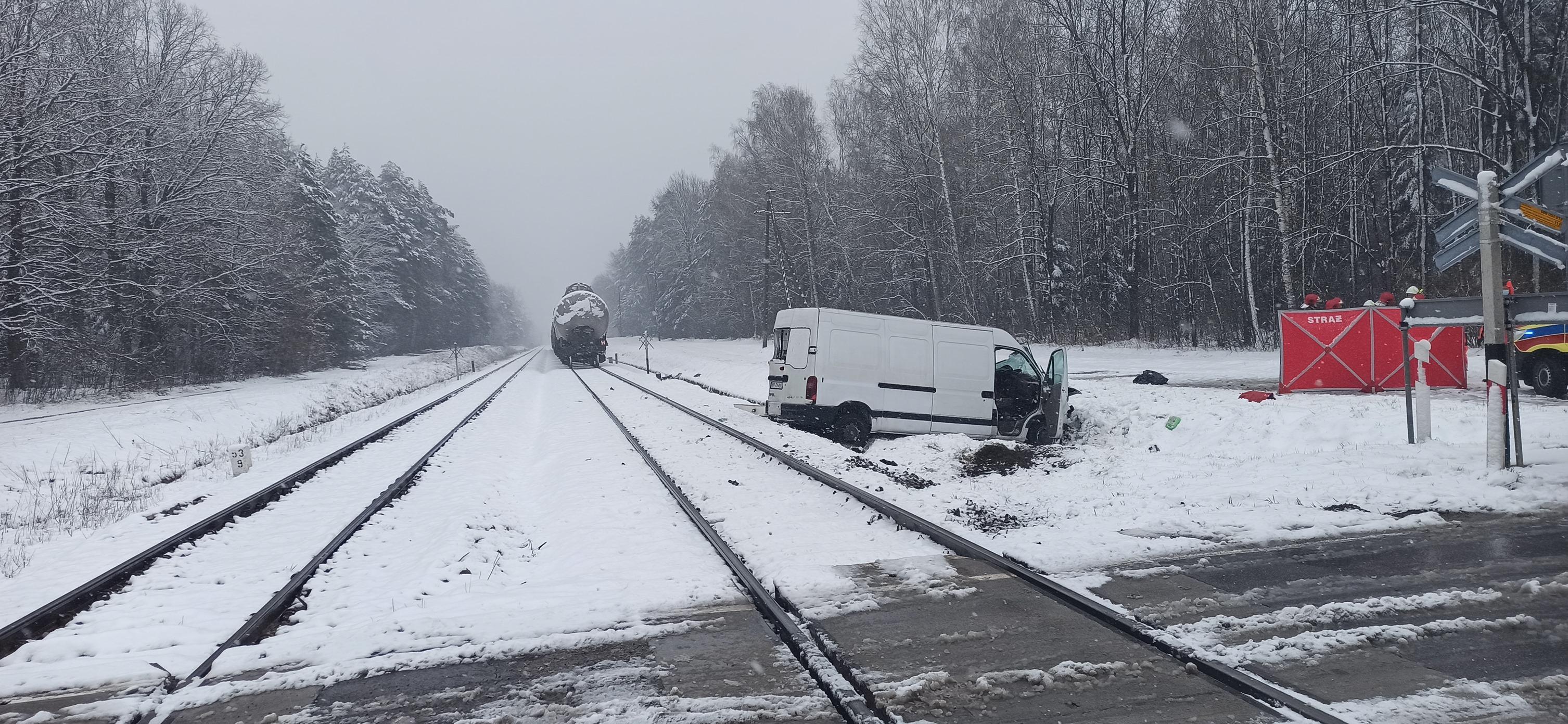 Bus uderzył w pociąg towarowy! Dwie osoby zginęły na miejscu [ZDJĘCIA] - Zdjęcie główne