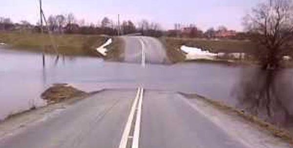 Na most nie wjedziesz przez... wysoki poziom wody. Drogowa fuszerka [MAPA] - Zdjęcie główne