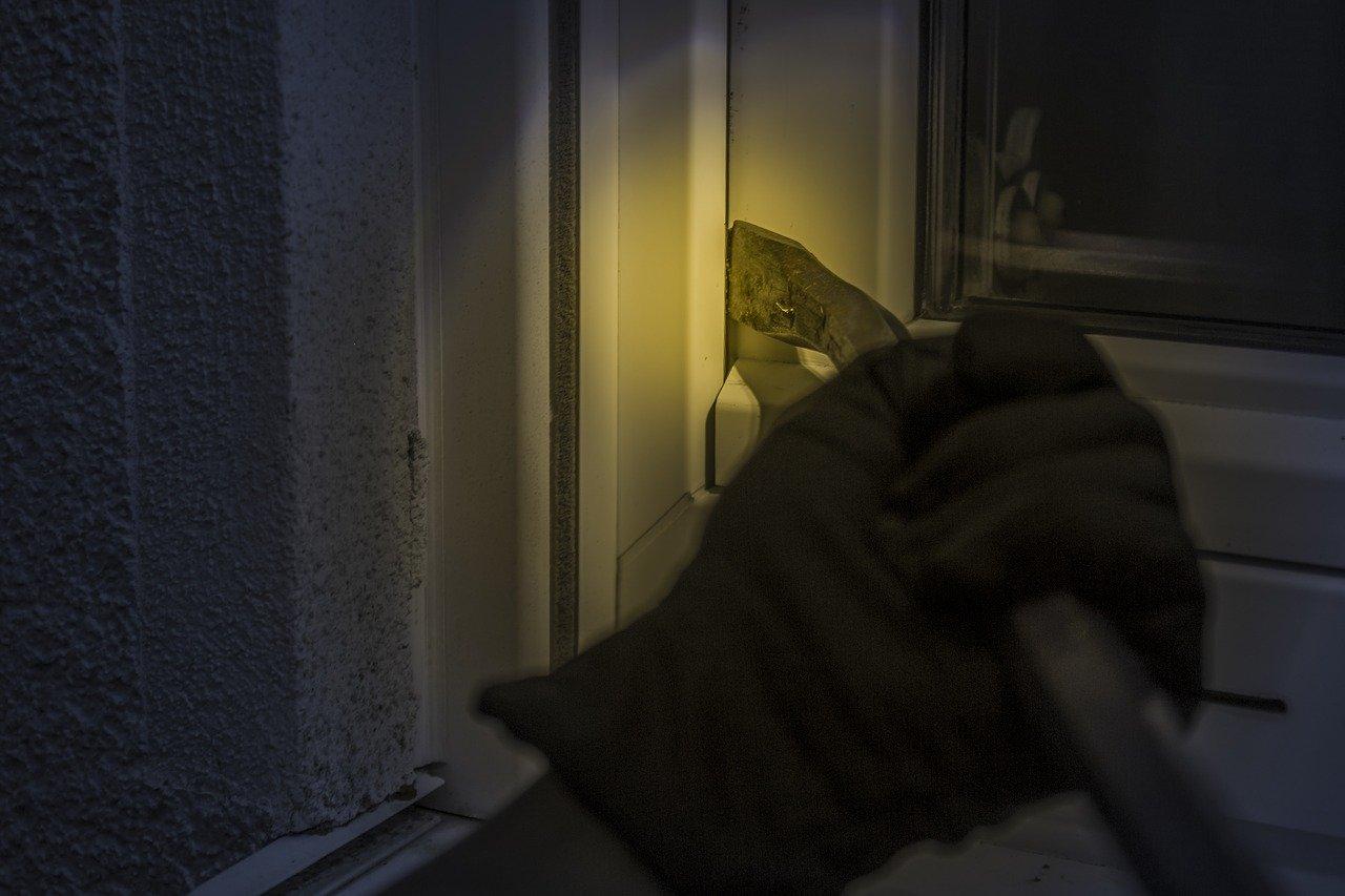 Seryjny włamywacz w rękach policji. Wpadł przypadkowo - Zdjęcie główne