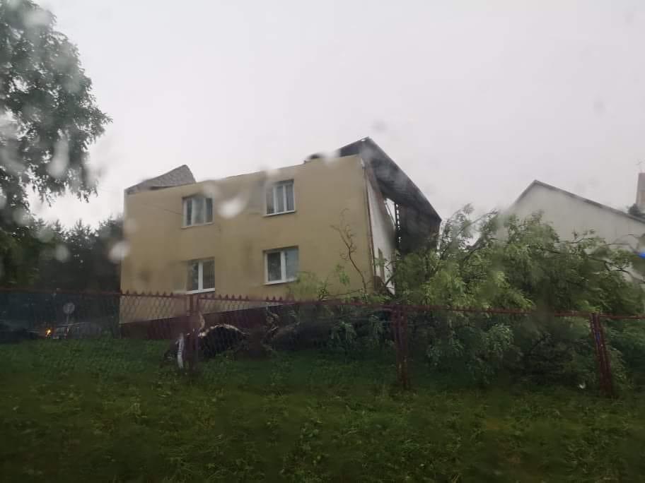 TRĄBA POWIETRZNA blisko Podkarpacia! Zerwane dachy, uszkodzone domy! Kiedy nadejdą kolejne burze? [ZDJĘCIA, WIDEO] - Zdjęcie główne