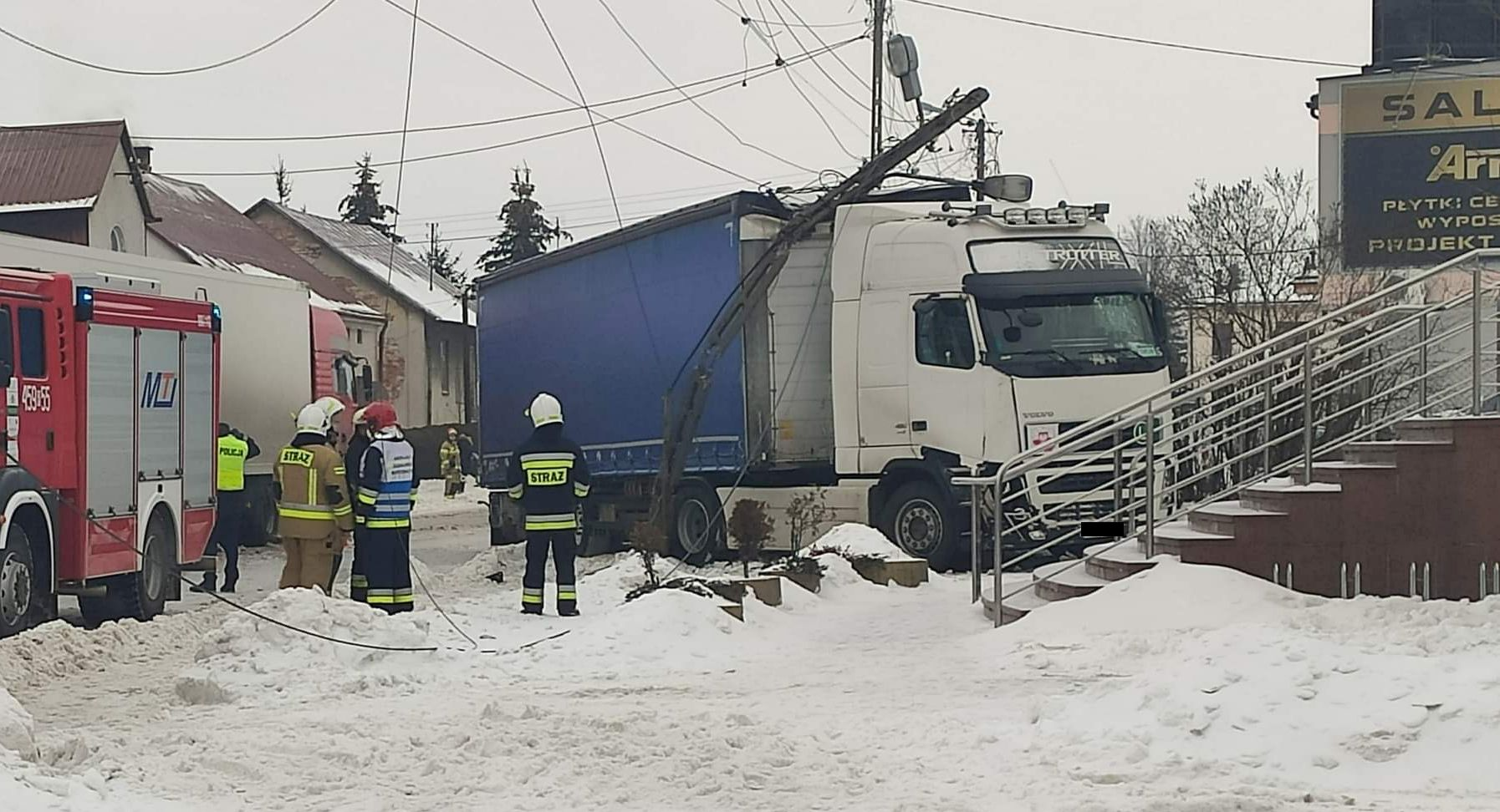UWAGA! TIR uderzył w słup energetyczny! Część mieszkańców Kolbuszowej bez prądu! [MAPA, AKTUALIZACJA, VIDEO] - Zdjęcie główne