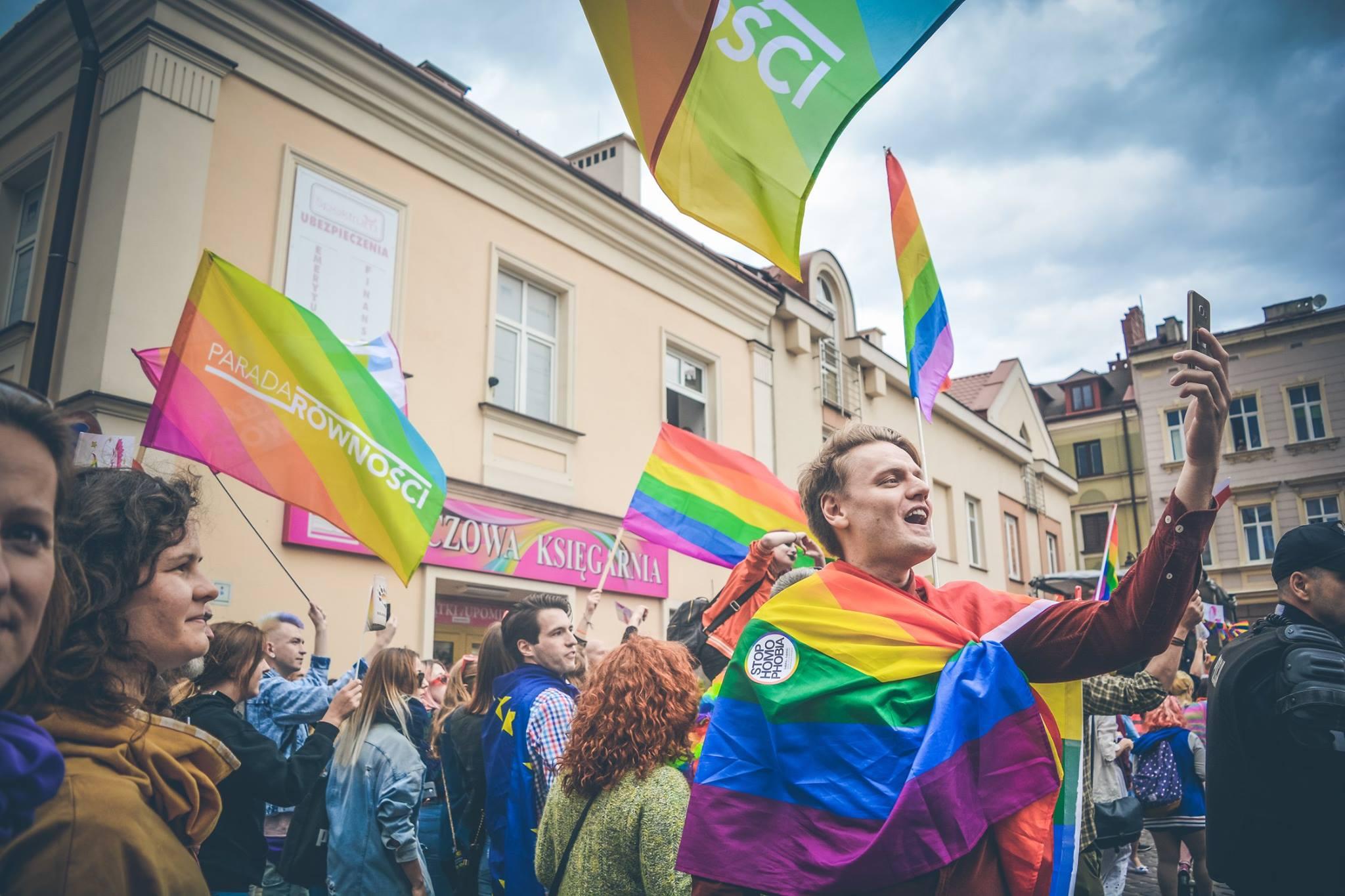 """""""PiS kapituluje"""". Sejmik Podkarpacki uchyli uchwałę """"anty-LGBT"""" - Zdjęcie główne"""